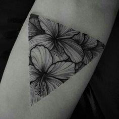 Flores dentro de triángulo