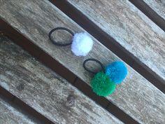 Elastici con pon pon! Disponibili nei colori bianco, turchese, verde, rosso, fucsia, giallo, nero, blu, arancio