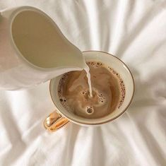 Cream Aesthetic, Aesthetic Coffee, Classy Aesthetic, Brown Aesthetic, Aesthetic Collage, Aesthetic Food, Coffee In Bed, Coffee Time, Coffee Coffee
