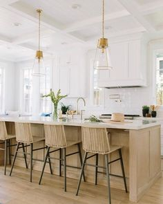 Windy and chilly Winter mornings call for bright and light all white kitchen inspiration 💛 Interior Designer Rita Chan keeps this kitchen… Kitchen Interior, Kitchen Decor, Kitchen Design, Kitchen Layout, All White Kitchen, New Kitchen, Kitchen Island, White Kitchen Inspiration, Best Hacks