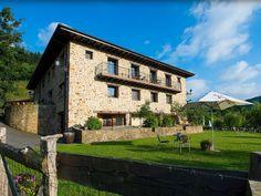 GUIPÚZCOA, ESKORIATZA. Casa rural Gorosarri. Caserío del siglo XVII, rehabilitado en el 2011. Cuenta con 6 apartamentos que se alquilan completos o por habitaciones (uno de ellos es accesible para personas con movilidad reducida). En el exterior un precioso jardín con piscina, fútbol, baloncesto, cabaña en el árbol y animales de granja.  Ubicado en el centro de Euskadi, desde donde podrás conocer tanto las capitales vascas, como sus montañas, parques naturales y su costa. #CasaRuralAccesible