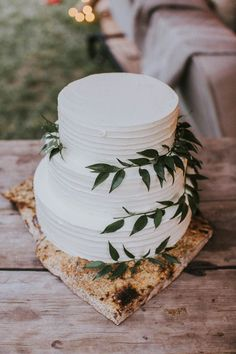 This elegantly organic wedding cake is a true testament to the statement less is more | Image by Gatherings in Vail