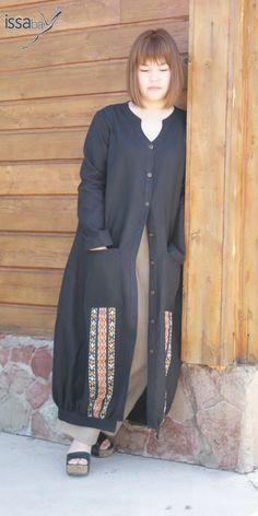 Пальто–макси из льна костюмного с ярким туркменским орнаментом.  Подол присобран на планке, накладные карманы.  Горловина, манжеты, планка по подолу отделаны стежкой .Пуговицы металлические под бронзу.  Материалы: Лен костюмный 100% Беларусь.