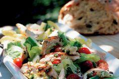 Salát s kuřetem a olivami | Apetitonline.cz