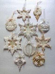 Interesting -- think transparent areas on ornaments. Fancy Cookies, Iced Cookies, Royal Icing Cookies, Cupcake Cookies, Sweet Cookies, Christmas Sugar Cookies, Christmas Sweets, Christmas Cooking, Holiday Cookies