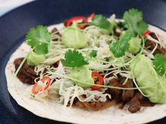 Tacos med strimlad biff, kålsallad och avokadokräm | Recept från Köket.se