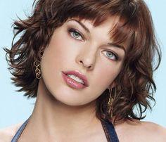 ミラ・ジョヴォヴィッチ Milla Jovovich  多くの雑誌のカバー(表紙)やミラノ、パリ、ニューヨークのファッションデザイナーのコレクションショーに出演している。広告ではカルバン・クライン(Calvin Klein)の香水エスケープ(Escape)のイメージモデルとして有名である。モデルの仕事と同時に映画への出演もしていたが、1991年に女優としての仕事に専念する為に2年の休暇を取りモデルエージェンシーとの所属契約を解除する。  映画では1987年に『トゥー・ムーン』でヒロインの妹役でスクリーンデビューする。1991年にはブルック・シールズ主演映画『青い珊瑚礁』の続編『ブルーラグーン』に主演。その後女優としての目立った活躍は無かったが、1997年にはリュック・ベッソン監督の『フィフス・エレメント』のヒロイン役で見せた演技力、美しさが大きな話題となる。この映画では全ての衣装をフランスのデザイナー、ジャン=ポール・ゴルチエが担当した。1999年の『ジャンヌ・ダルク』や2002年の『バイオハザード』はシリーズ作品として彼女の代表的な作品となる。