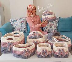 No photo description available. Free Crochet Bag, Crochet Yarn, Crochet Flowers, Crochet Rug Patterns, Crochet Basket Pattern, Girl Gift Baskets, Baby Lulu, Crochet T Shirts, Crochet Instructions