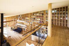 オリジナル玄関/廊下/階段のデザイン:矢板・焼杉の家をご紹介。こちらでお気に入りの玄関/廊下/階段デザインを見つけて、自分だけの素敵な家を完成させましょう。