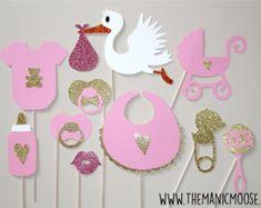 Artículos similares a Accesorios de la cabina de la foto: ducha bebé rosa ~ babyshower niña bebé ~ decoración de ducha rosa ~ babero ~ botella ~ rosa vestido ~ apoyos de cabina de la foto rosa de chica de bebé en Etsy
