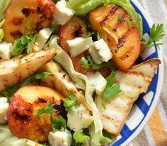 Sałatka z grillowanymi owocami i serem pleśniowym. Więcej: http://www.kobieta.info.pl/przepisy-kulinarne/1466-saatka-z-grillowanymi-owocami-i-serem-pleniowym