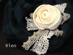 Idea: Add some lace and turn it into a corsage for brooch or hair-band. Felt Crafts, Diy And Crafts, Arts And Crafts, Felt Roses, Felt Flowers, Brooch Corsage, Rose Tutorial, Fabric Roses, Diy Headband