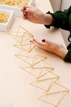 Geometric Designs, Geometric Shapes, Diy Arts And Crafts, Diy Crafts, Diy Straw, Geometric Sculpture, Diy Organisation, Diy Home Decor Projects, Wire Art
