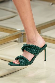 The complete Bottega Veneta Spring 2020 Ready-to-Wear fashion show now on Vogue Runway. Ny Fashion Week, Fashion 2020, Fashion Weeks, Spring Fashion, Vogue Paris, 70s Shoes, Women's Shoes, Flat Shoes, Shoe Boots