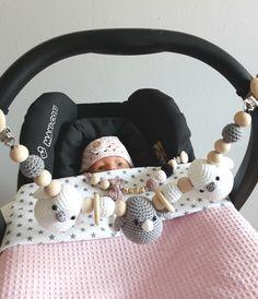 Wagenspanner. Speenkoord gehaakt babymutsje Crochet Baby Toys, Newborn Crochet, Baby Knitting, Knitted Baby Outfits, Diy Bebe, Baby Sleepers, Handmade Baby Gifts, Baby Mobile, Baby Jumpsuit