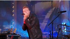 U2 sin Bono pero con Chris Martin  y bruce Springsteen http://www.youtube.com/watch?v=HzI_UN8_MOo#t=320