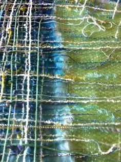 С первых дней увлеченности войлоком хотела научиться создавать неповторимые сложные фактуры, на подобии тех, что в свое время делала Коко Шанель. Я всегда любила подолгу всматриваться в эти сложные сплетения нитей разных фактур и цветов, создающие неповторимое единство одного целого. Сама Коко в своих мемуарах, упоминала, что достаточно много экспериментировала работая над составом тканей и не вплетала в нее, разве что только макароны!