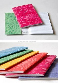 Die Künstlerin Manuela Rauber rollt und gestaltet tolle Buntpapiere mit Designwalzen Mustern.