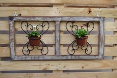 Janela antiga em madeira de demolição!! <br> <br>Envernizada, pode ser usada em ambiente interno ou externo, com 2 arabescos em ferro, não acompanha flores naturais como na foto. <br> <br>Peça única, sem reposição (Não tenho mais janela igual ao modelo) <br> <br>Duvidas, Contatar Vendedor..