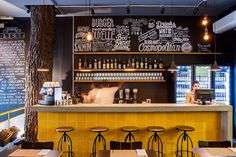 amarelo arquitetura | restaurante vapor burger Cafe Bar, Pub Bar, Bar Interior, Office Interior Design, Pub Decor, Home Decor, Beer Shop, Restaurant Furniture, Beer Bar