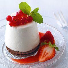 Joghurttörtchen sind ideal für heiße Sommertage: sie belasten nicht und schmecken frisch und säuerlich-fruchtig.