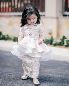 Cik esah puteri rozita che wan Baby Girl Party Dresses, Dresses Kids Girl, Cute Dresses, Kids Outfits, Flower Girl Dresses, Kids Dress Wear, Kids Gown, Kids Party Wear, Baby Dress Patterns