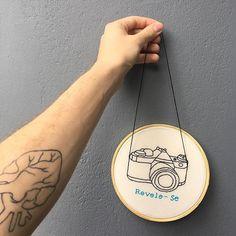 O bastidor que personalizamos pra @ind_s ficou uma fofura! Vem ver as opções lindinhas que temos no link do nosso perfil. Hand Embroidery Stitches, Embroidery Hoop Art, Hand Embroidery Designs, Embroidery Techniques, Cross Stitch Embroidery, Modern Embroidery, Crafty, Sewing, Projects
