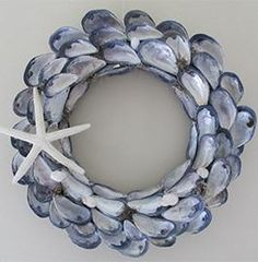 kreativ Jewel Island Wreath Purple Martins Are Back! Seashell Wreath, Seashell Art, Seashell Crafts, Beach Crafts, Driftwood Wreath, Coastal Wreath, Nautical Wreath, Oyster Shell Crafts, Oyster Shells