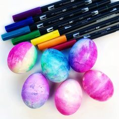 How to tie dye Easter eggs with markers. Use brush pens to create beautiful tie dye Easter eggs. This technique is easy and creates beautiful easter egg results. Easter Puzzles, Easter Activities For Kids, Do It Yourself Quotes, Tie Dyed Easter Eggs, Galaxy Easter Eggs, Easter Egg Designs, Easter Crafts For Kids, Fall Crafts, Easter Egg Hunt Ideas