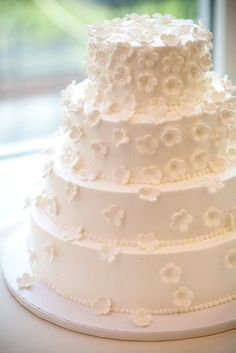 I like this cake, but there are too many flowers on the top layers... I like them scattered.