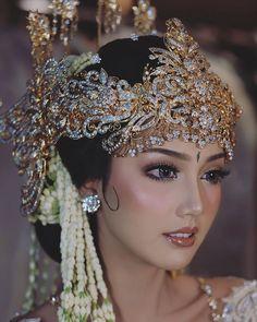 21 Fabulous Wedding Dresses With Pockets Kebaya Wedding, Muslimah Wedding Dress, Wedding Bride, Wedding Dresses, Javanese Wedding, Indonesian Wedding, Wedding Makeup Looks, Bridal Makeup, Wedding Fair