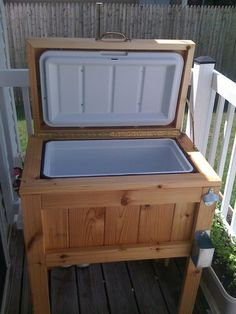 DIY: Patio / Deck Cooler Stand, this would be awesome next to my pool (: Deck Cooler, Cooler Stand, Outdoor Cooler, Cooler Box, Pallet Cooler, Wooden Cooler, Fridge Cooler, Bbq Stand, Diy Furniture