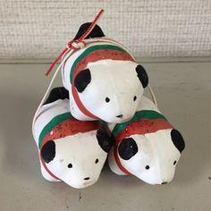 皆さまこんにちは日本全国には土人形という郷土玩具があり、多くの愛好家の方々が大切に収集されています。その中で最も有名で、また各地の土人形に多大な影響を及ぼした土人形の根幹とも言うべき土人形が伏見人形です。京都・伏見稲荷大社の門前で作り続けら Protective Dogs, Japanese Toys, Maneki Neko, Cute Baby Animals, Traditional Art, Wood Crafts, Folk Art, Arts And Crafts, Kawaii