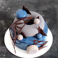 Abstraction cake for man. // Утро сегодня началось бурно! С 4кг мужского торта. Любимый срочный заказ за 2 дня до даты и идеальный клиент: когда доверяют на 100% и описывают заказ в нескольких словах: брутальный, мужчина не любит яркое, 4 кг, желательно синий, начинка Пьемонт! Вот это я понимаю - простор для творчества! Абстракция получилась, смотрю на него и вспоминаю, как любила в тетрадках рисовать эти треугольники с кругами в школе. Надо же, столько лет прошло, а навык пригодился…