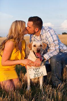 O cachorrinho filinho do casal dando o recado do Save The Date. #casamento #criativo