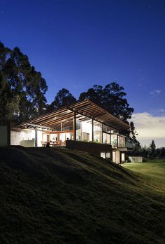 Image 17 of 18 from gallery of Los Chillos House / Diez + Muller Arquitectos. Photograph by Diez + Muller Arquitectos Residential Architecture, Interior Architecture, Interior Design, Roof Design, House Design, Exterior Paint Colors For House, House Painting, Villa, House Styles