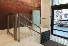 Plataforma Salvaescaleras Asama: elevadores verticales para obras públicas o privadas. Instalación y mantenimiento: Almerimontaje S.L. en Almería