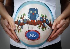 Bellypainting by Wendy Beekhuizen. Owl with name. www.schmink-ie.nl