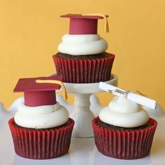 10 Graduation Themed Party Recipes — Glorious Treats shows you how to make graduation caps out of fondant. You could color the fondant to match school colors. Graduation Party Foods, Graduation Cupcakes, Grad Parties, Graduation Caps, Graduation Ideas, College Graduation, Graduation Desserts, Graduation Theme, Kindergarten Graduation
