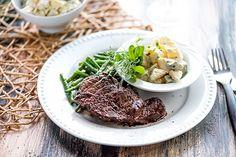 Naudan ulkofileetä, valkosipulipapuja ja piparjuuriperunasalaattia Steak, Food, Eten, Steaks, Meals, Beef, Diet