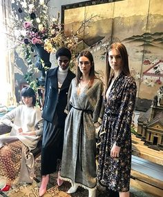 Expert em vestir as ladies who lunch nova-iorquinas com suas peças sofisticadas de tecidos luxuosos @adamlippes mergulhou (literalmente já que passou duas semanas imerso no país) na Índia em sua coleção de inverno. De lá vieram não apenas as referências para calças jodhpur e franjas de seda mas também os próprios cashmeres e florais pintados à mão. (Via @viviansotocorno com foto by @bat_gio) #voguenanyfw #adamlippes  via VOGUE BRASIL MAGAZINE OFFICIAL INSTAGRAM - Fashion Campaigns  Haute…