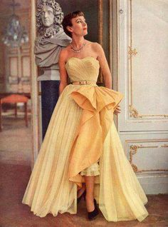 46 Trendy Ideas for moda vintage evening gowns Moda Retro, Moda Vintage, Vintage Mode, 50s Vintage, 1950 Style, Vintage Outfits, Vintage Gowns, Vintage Clothing, Vintage Glamour