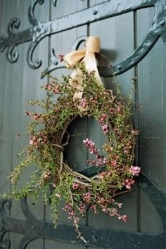 Botanical Wreath A delightful welcome (via Fleurs)