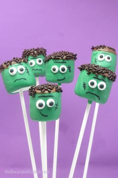 Frankenstein Marshmallow Pops - Marshmallows, with their cylindrical shape and flat tops, make perfect Frankensteins. To display these at your Halloween party, prop the pops in a shallow bucket filled with bolts. Halloween Desserts, Postres Halloween, Recetas Halloween, Fun Halloween Treats, Hallowen Food, Halloween Party Favors, Halloween Goodies, Halloween Crafts For Kids, Holiday Treats
