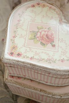 I love French country style, shabby chic , romantic and white style. This is just random things I love. Cottage Shabby Chic, Style Shabby Chic, Shaby Chic, Rose Cottage, Shabby Chic Decor, Shabby Vintage, Vintage Box, Granny Chic, Cajas Shabby Chic
