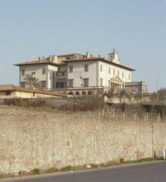 Villa Poggio a Caiano (Giuliano di Sangallo). Giuliano began for Lorenzo de' Medici a monumental villa in Poggio a Caiano, near Prato (Prato is in the proximity of Florence), where he had bought a large farm.
