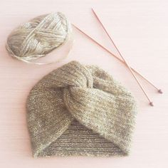 Mon premier bonnet turban 😍 So proud! Baby Hats Knitting, Vintage Knitting, Baby Knitting Patterns, Knitting Yarn, Knitted Hats, Knitted Headband Free Pattern, Crochet Beret, Crochet Yarn, Turban Hut