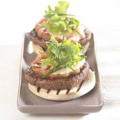 Hamburger met tomaat, mozzarella en gegrilde aardappelen