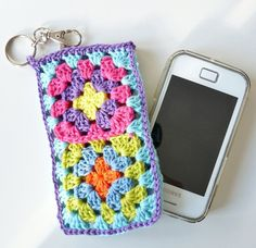 Crochet Phone Cover iPhone/Smartphone Cover Crocheters beware--this is not a pattern, it is a website (in a foreign language) for you to order it. Crochet Phone Cover, Crochet Case, Crochet Hook Set, Quick Crochet, Crochet Purses, Crochet Gifts, Diy Crochet, Smartphone Covers, Cellphone Case