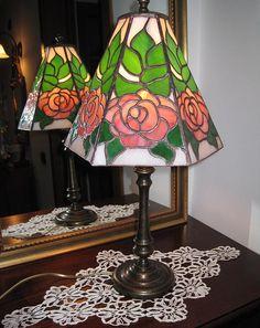 Lampade con le rose, tutto in vetro opalescente.